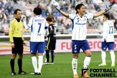 飯田淳平主審(左)とG大阪の丹羽大輝(右)