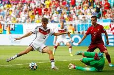 「誰が本当のロナウドだ?」。3得点のミュラーに最大の賛辞。圧勝に興奮するドイツ、首相もロッカールームに乱入