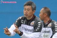 長崎、高木琢也監督の来季続投を発表。3年間で2度プレーオフ進出に導く