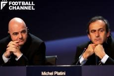 FIFA会長選に勝利したインファンティーノ氏(左)とプラティニUEFA会長(右)