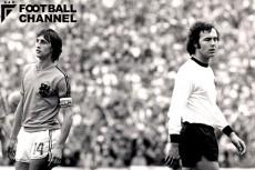 1974年W杯決勝、オランダ-西ドイツ戦でのクライフ(左)とベッケンバウアー(右)