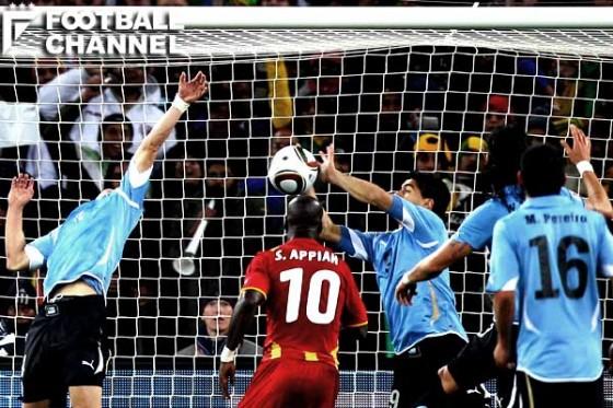 2010年W杯でスアレスが犯したハンドのようなケースは、従来通りレッドカードが提示される