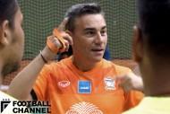 練習前、コーチ陣に指示を出すミゲル・ロドリゴ監督