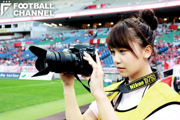 写真を撮る小嶋真子