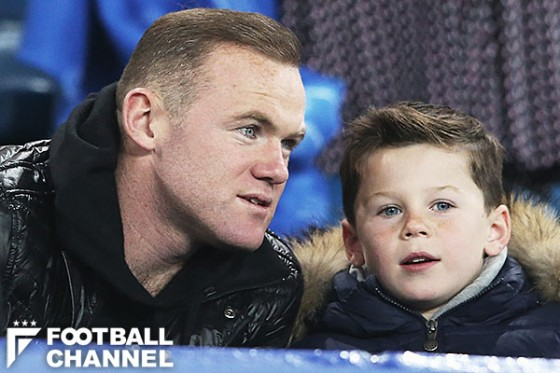 父親のウェイン・ルーニー(左)と息子のカイ君(右)