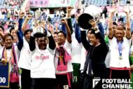 ユン・ジョンファン監督とともにトロフィーを掲げる森島寛晃氏