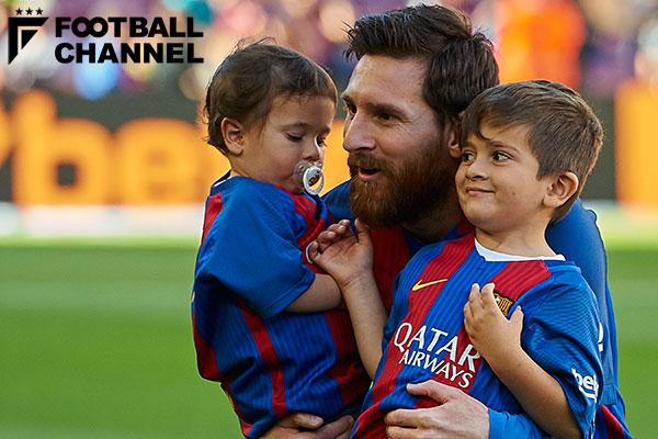 息子のマテオくん(左)とチアゴくん(右)を抱きかかえるバルセロナのFWリオネル・メッシ(中央)【写真:Getty Images】