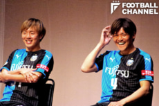 川崎フロンターレに加入した齋藤学(左)と大久保嘉人(右)