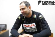 『フットボール批評issue19』のインタビューに応じるジェフユナイテッド千葉のフアン・エスナイデル監督