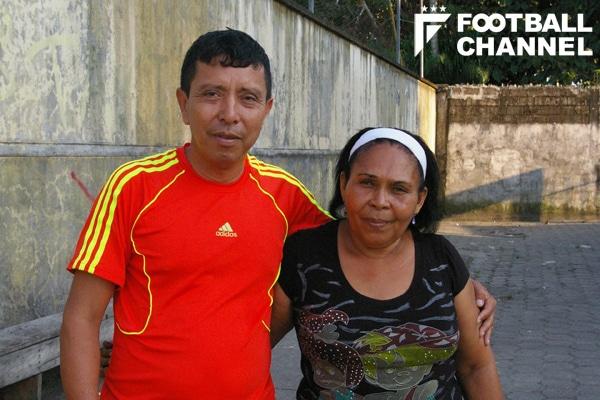 バレンシアの叔母のマリ・モンターニョ(右)と近所に住むマルコ・ロドリゲス(2013年5月撮影)【写真:北澤豊雄】